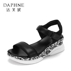 Daphne/达芙妮17韩版学院风松糕女鞋 百搭圆头露趾坡跟魔术贴凉鞋