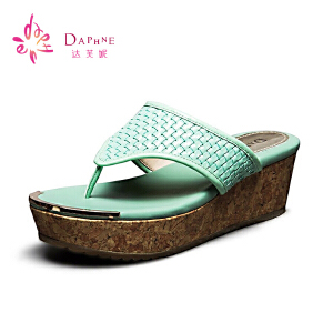 Daphne/达芙妮 夏季女鞋 时尚新潮宽PU漆皮T型厚底坡跟凉拖鞋