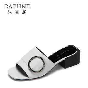 Daphne/达芙妮2017夏正品休闲舒适平底女鞋 复古方头扣饰方跟凉鞋