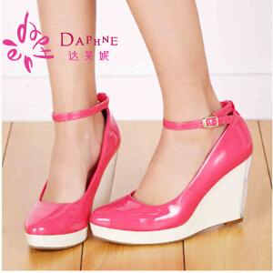 Daphne/达芙妮女鞋 漆皮尖头拼接坡跟单鞋1014101050